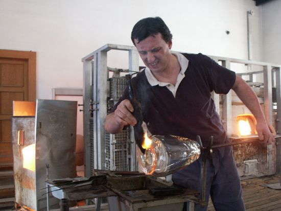 G1_Glassworks_Hotshop_blowing_7